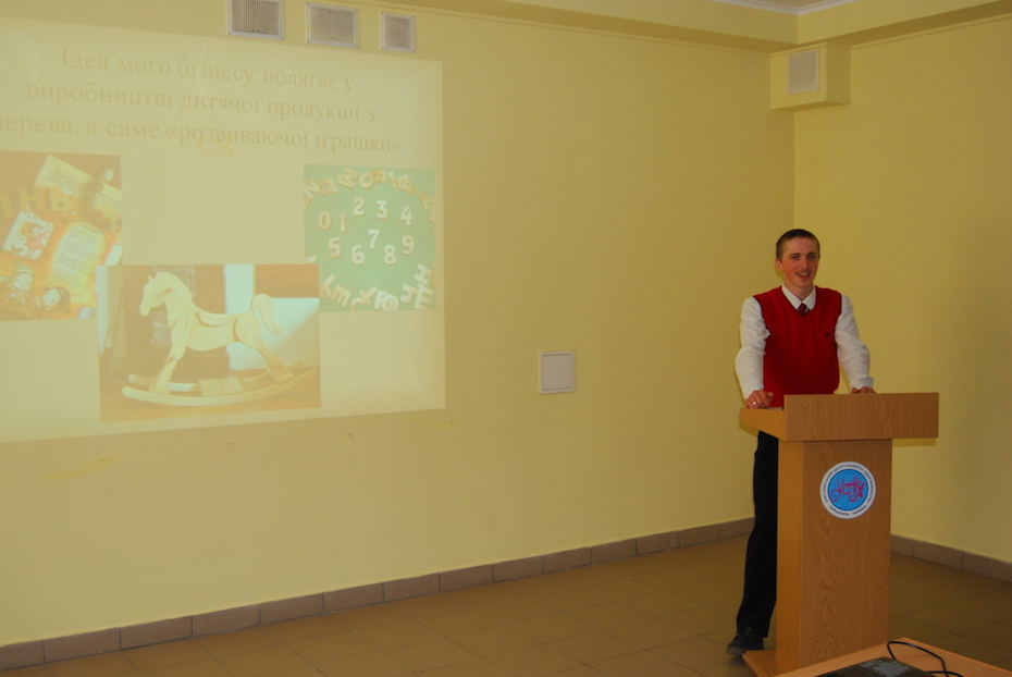 2-Andrii presenting his business idea in 2015